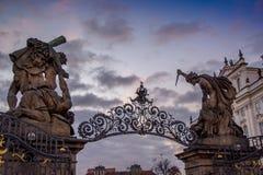 Entrata sbalorditiva con due statue gotiche alla casa del Parlamento a Praga Fotografia Stock Libera da Diritti