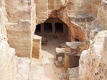 Entrata scolpita alle catacombe sotterranee alla tomba dei re in paphos Cipro immagine stock libera da diritti