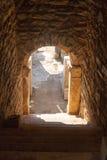 Entrata scura alle rovine della casa con l'arco e le colonne di pietra nei ephes immagine stock