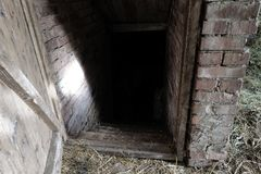 Entrata scura spettrale e spaventosa al seminterrato dell'alimento del granaio in campagna fotografie stock