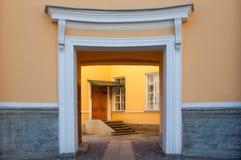 Entrata simmetrica alla casa residenziale classica Immagini Stock