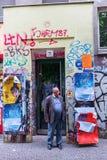 Entrata unica di una costruzione di appartamento a Berlino-Kreuzberg, Germania Immagine Stock