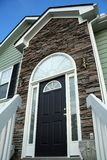 Entrate principali di una casa con una facciata di pietra. Fotografia Stock Libera da Diritti