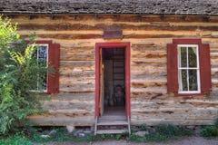 Entrate principali e Windows all'antica rustici della cabina di libro macchina Fotografia Stock Libera da Diritti