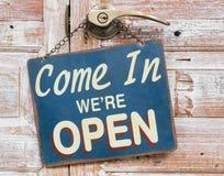 Entrato noi ` con riferimento ad aperto sulla porta di legno, retro stile d'annata Immagine Stock