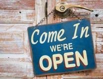 Entrato siamo aperti sulla porta di legno, retro stile d'annata Fotografia Stock