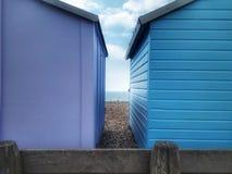 Entre as cabanas da praia, a costa do canal inglês fotografia de stock