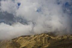 Entre as nuvens nas montanhas Imagem de Stock Royalty Free
