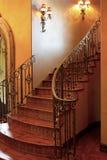 Entrée avant intérieure à la maison d'escalier de manoir Photos libres de droits