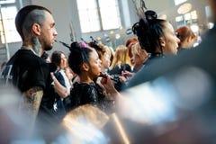 Entre bastidores para la prolongación del andén de YULIA KOSYAK en el otoño invierno 2017-2018 en Mercedes-Benz Fashion Week Russ Foto de archivo libre de regalías