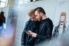 Entre bastidores para la prolongación del andén de YULIA KOSYAK en el otoño invierno 2017-2018 en Mercedes-Benz Fashion Week Russ Imagen de archivo libre de regalías