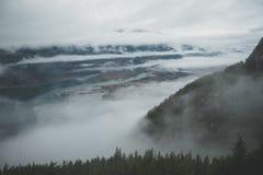 Entre camadas de nuvens, Howe Sound aparece do alto de fotografia de stock royalty free