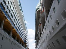 Entre deux bateaux de croisière photographie stock libre de droits