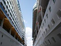 Entre dos barcos de cruceros Fotografía de archivo libre de regalías