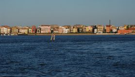 Entre el cielo y el mar una línea de casas en la provincia de Venecia Pellestrina fotografía de archivo