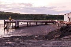 Entre em Bristol Bay em Ekuk Alaska no nascer do sol antes da estação salmon foto de stock royalty free