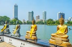 Entre estátuas de Bddha de Seema Malaka em Colombo imagens de stock