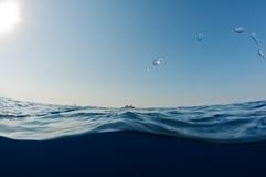 Entre l'eau du fond et le ciel. Photographie stock