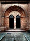 Entre a la iglesia medieval. Fotografía de archivo