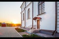 Entre a la iglesia ortodoxa en puesta del sol Foto de archivo