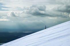 Entre la nieve y los cielos imagenes de archivo