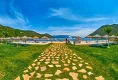 Entrée à la plage scénique d'Antisamos en Grèce Photographie stock libre de droits