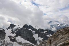 Entre las nubes en las montan@as Imagen de archivo libre de regalías