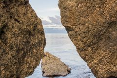 Entre las rocas Fotografía de archivo libre de regalías