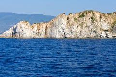 Entre las rocas y el mar Fotos de archivo libres de regalías