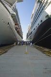 Entre le géant, deux bateaux de croisière Image libre de droits