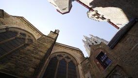 Entre les bâtiments médiévaux banque de vidéos