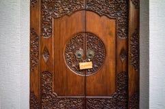 Entre les murs en pierre blancs dans le renfoncement le brun a découpé en bois Image libre de droits