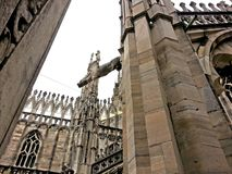 Entre los spiers de Milan Cathedral Imagen de archivo