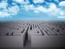 Entre na estrutura do labirinto com fundo do céu Fotos de Stock