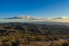Entre o céu e a terra há sempre montanhas a escalar fotos de stock