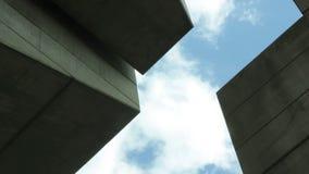 Entre os arranha-céus, olhe acima video estoque