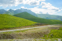 Entre os montes da estrada Fotografia de Stock