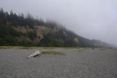 Entre a praia dos blefes do ouro, Califórnia foto de stock
