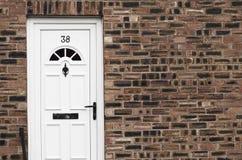 Entrée principale blanche d'une maison de ville anglaise de brique rouge manchester Image stock