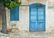 Entrée principale bleue avec la fenêtre et arbre en Chypre Images stock
