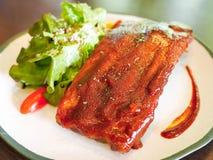 Entrecostos de porco da carne de porco Roasted postas de conserva no molho de assado fotos de stock royalty free