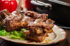 Entrecostos de porco da carne de porco servidas em uma placa imagens de stock royalty free