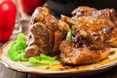 Entrecostos de porco da carne de porco servidas em uma placa foto de stock