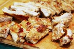 Entrecostos de porco grelhadas quentes picantes de um BBQ do verão em uma placa de corte de madeira Carne grelhada Fotos de Stock