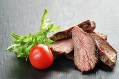 Entrecote在与菜的板岩板切的牛排 免版税库存图片