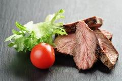Entrecote在与菜的板岩板切的牛排 库存照片