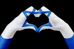 Entrega a bandeira de Israel, dão forma a um coração Conceito do símbolo do país, isolado no preto Fotos de Stock Royalty Free