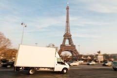 Entrega blanca Van At The Eiffel Tower Fotos de archivo libres de regalías