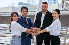 Entrega a coordenação, negócio juntam-se ao sucesso das mãos para negociar, trabalho da equipe para conseguir objetivos fotografia de stock