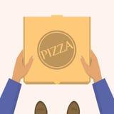 Entrega da pizza Entregando caixas do produto Homens de entrega que entregam uma caixa com pizza Imagem de Stock Royalty Free